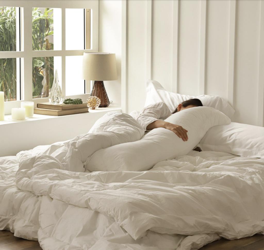 O travesseiro de corpo melhora a postura durante o sono e oferece estabilidade para a barriga de mulheres grávidas.
